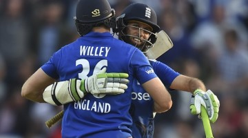 England's David Willey (L) and Moeen Ali