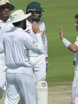 pakistan-spinner-yasir-shah-2r-celebrates-with-teammates-after