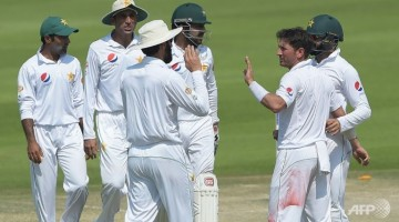 pakistan-spinner-yasir-shah-2r-celebrates-with-teammates-after